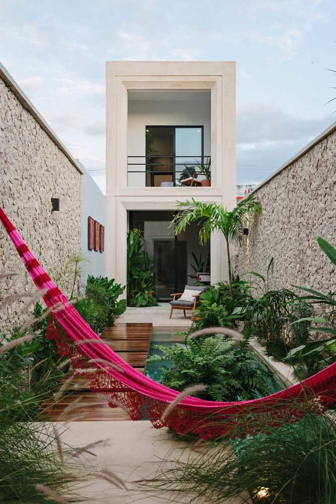 Quintal pequeno com piscina e jardim! O deck ajuda a fazer a transição entre os ambientes