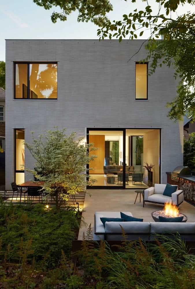 Quintal pequeno decorado com conforto, funcionalidade e uma iluminação linda!