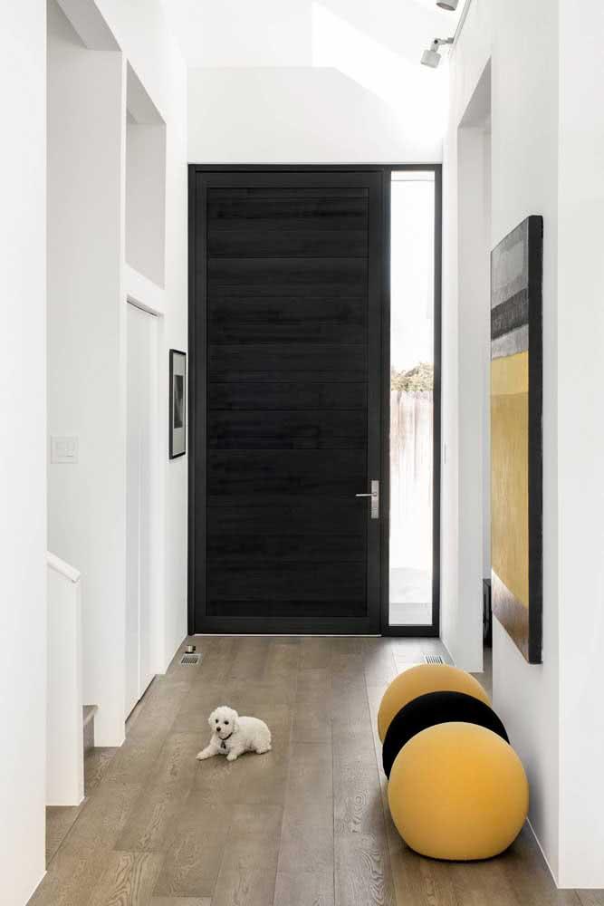 Porta de madeira preta: saia do comum