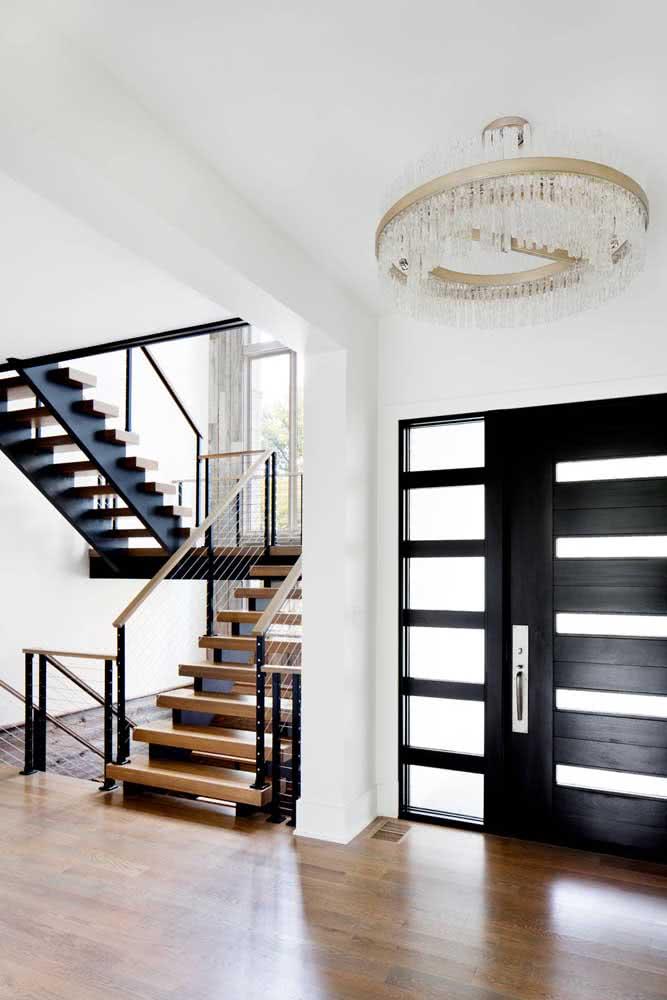 Que tal combinar a porta preta com a escada?