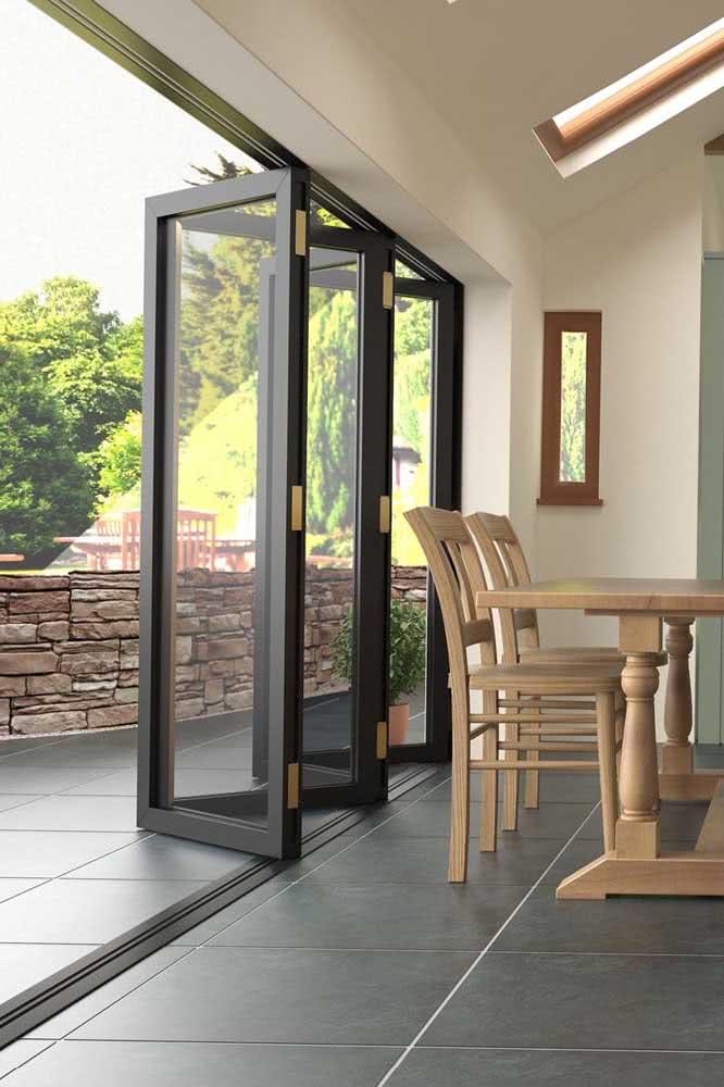 Porta sanfonada preta: ideal para integrar ambientes