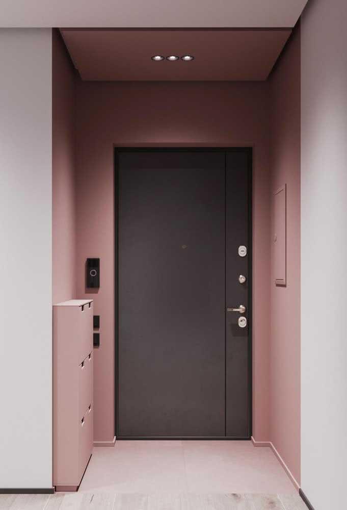 Já pensou em pintar a parede de rosa para receber a porta preta?