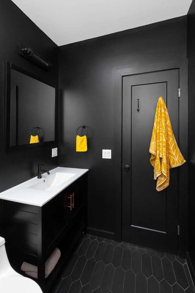 Banheiro preto com porta preta! Simples assim