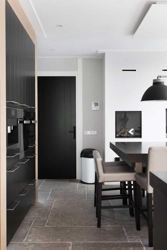 Porta preta para cozinha: qualquer ambiente da casa pode ter uma dessas