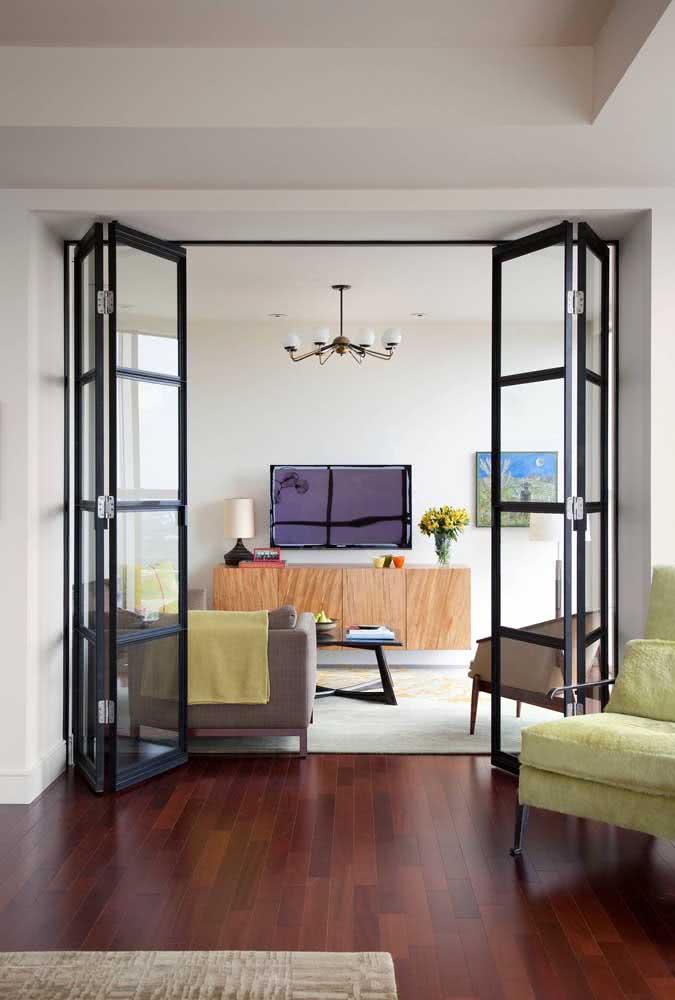 Porta sanfonada preta na sala de estar