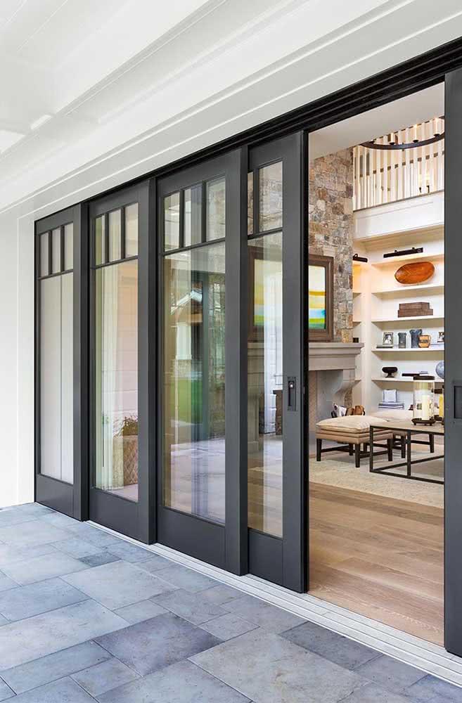 Porta de vidro preta de correr: ideal para delimitar ambientes integrados