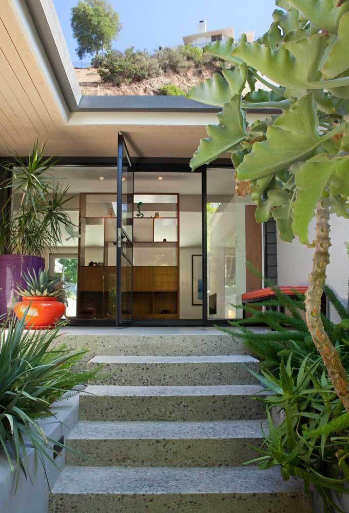 Porta pivotante preta na recepção da casa: sem barreiras