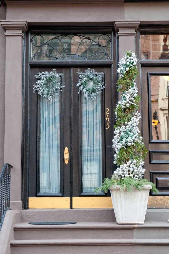 Alguns mimos para deixar a porta preta simples ainda mais bonita e personalizada