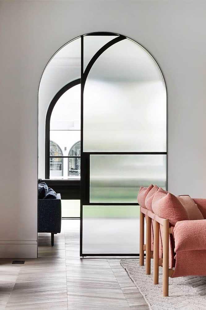 O vidro fosco da porta preta traz privacidade ao quarto