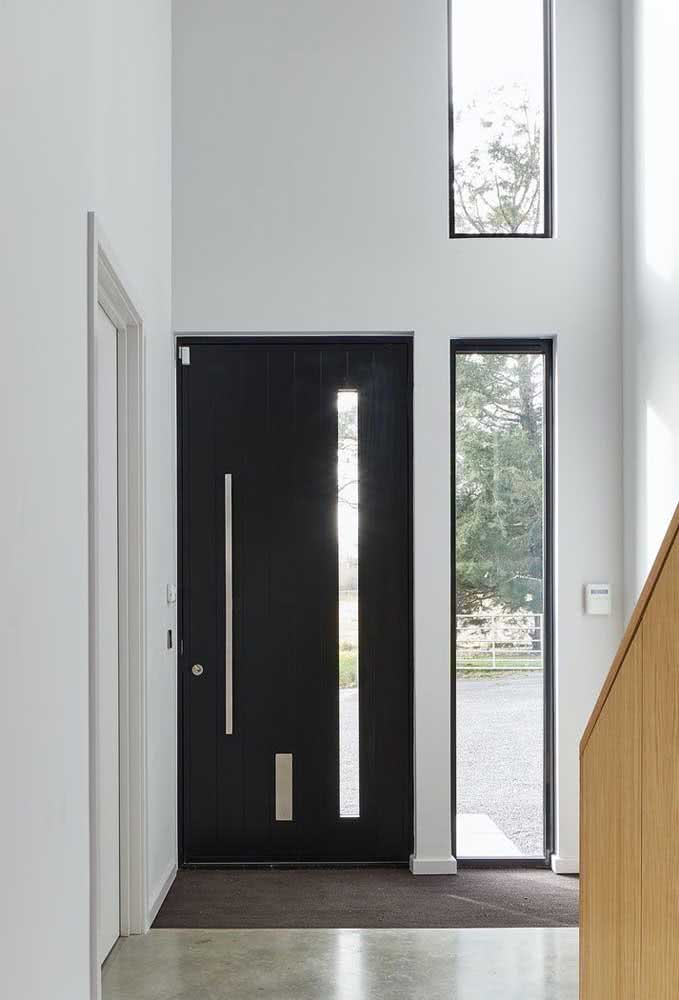 Detalhe em vidro para a porta de madeira preta na entrada da casa