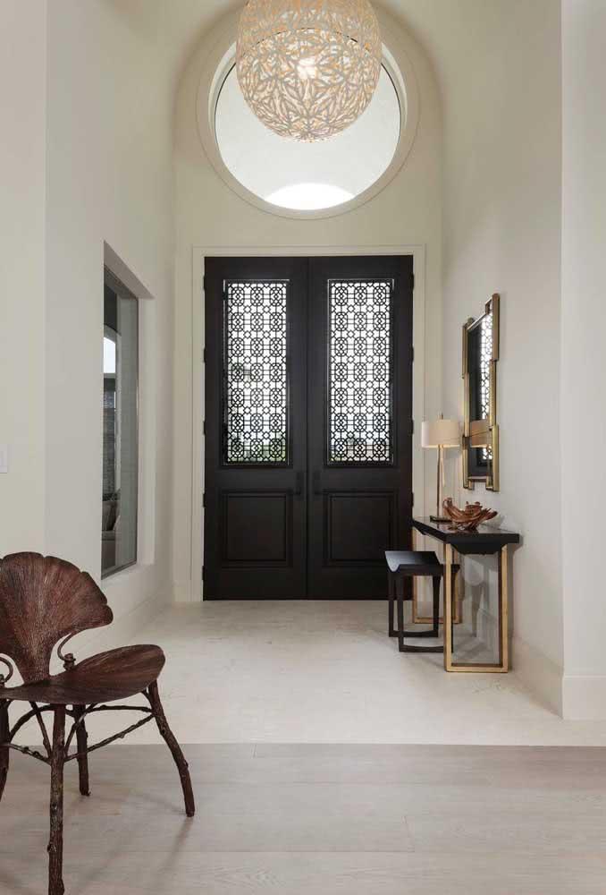E o que acha de uma porta rústica preta na entrada da casa?