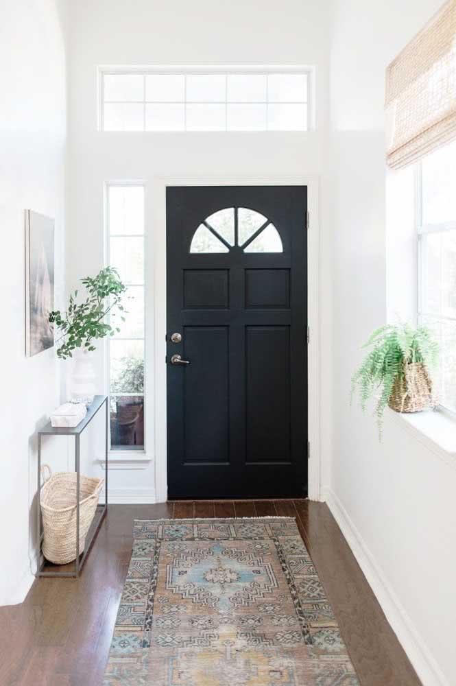 Porta preta simples, mas super charmosa na entrada da casa