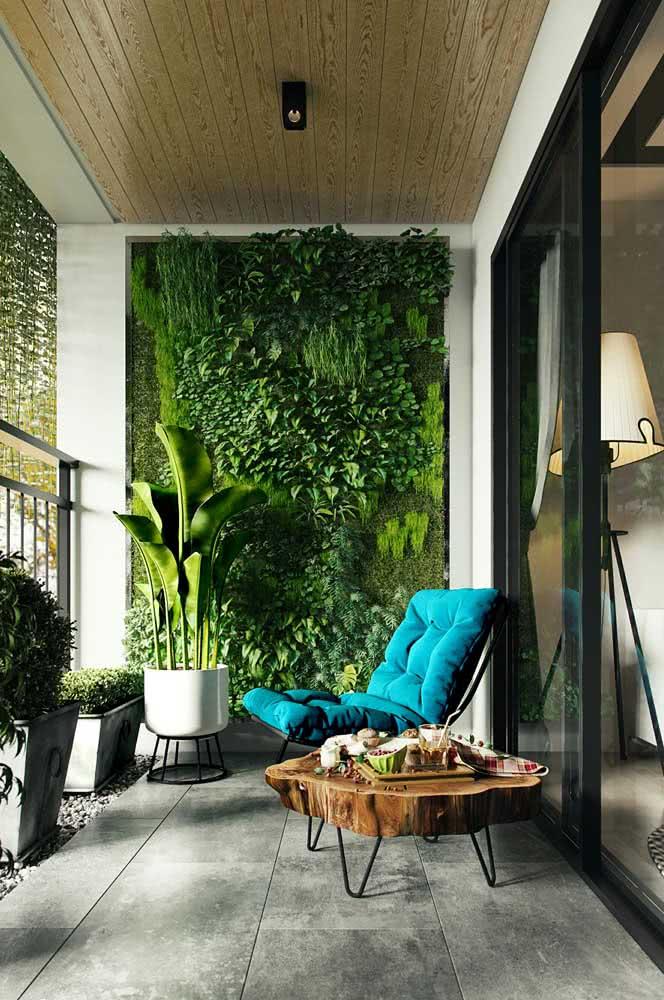 Jardim vertical artificial externo decorando a varanda do apartamento