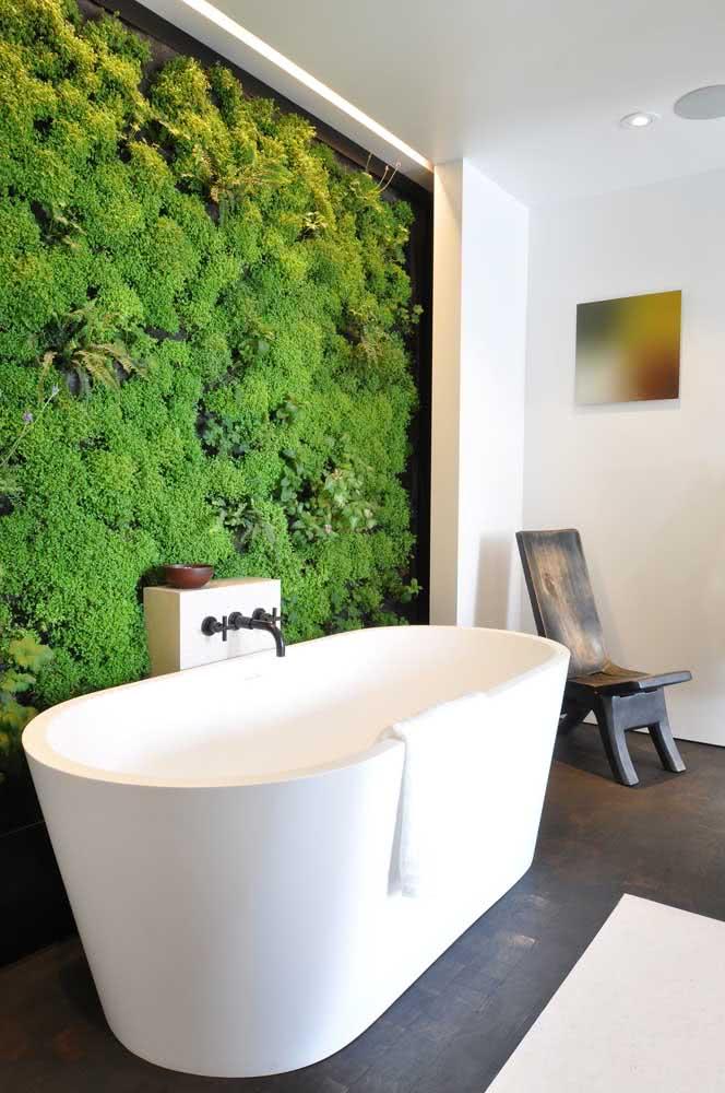 O momento do banho fica muito melhor com o jardim vertical artificial