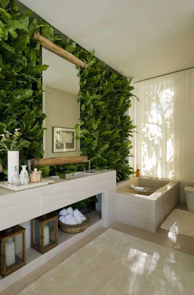 Jardim vertical artificial interno no banheiro: luz não é problema