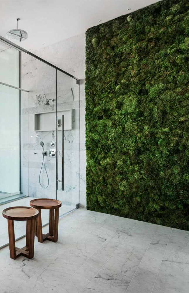 E se o banheiro estiver muito branco, monte um jardim vertical artificial nele