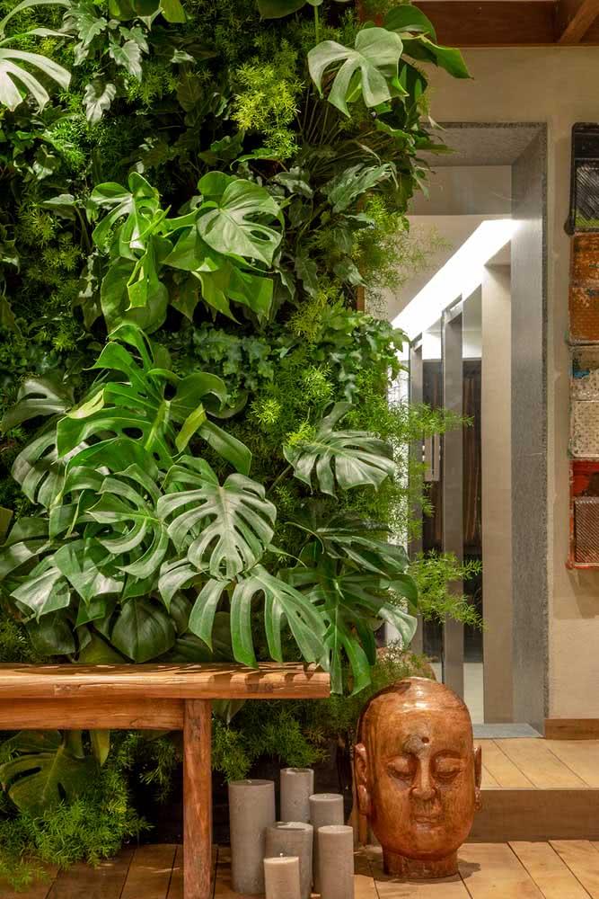 Jardim vertical artificial com samambaias e costelas de adão