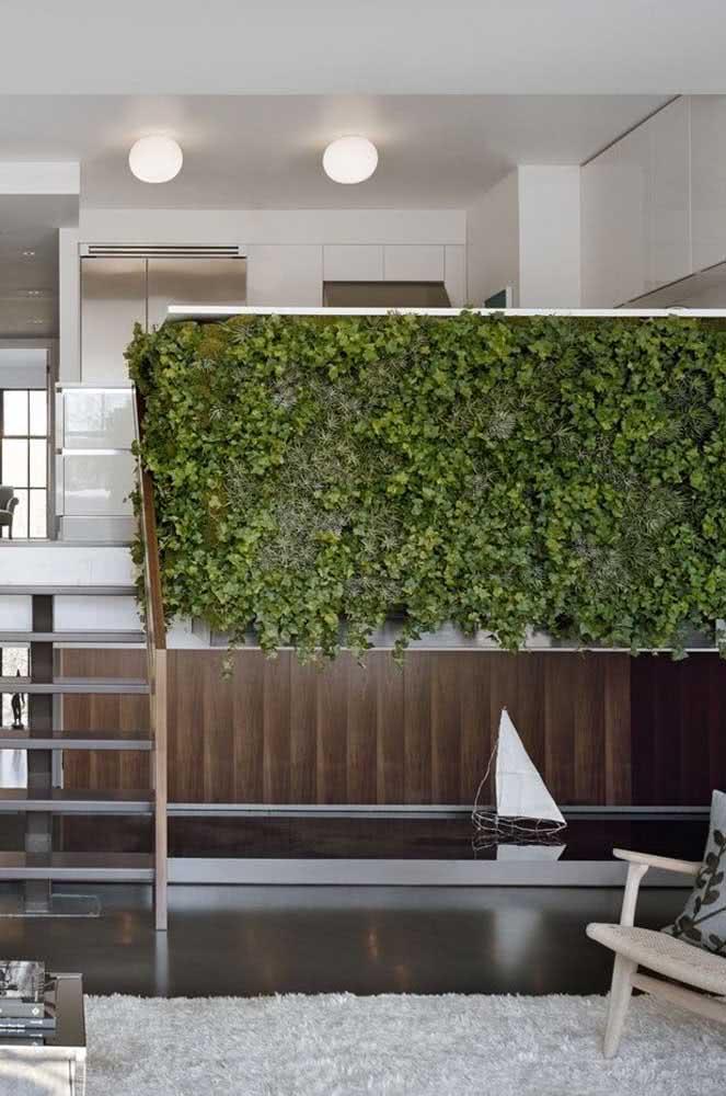 Escolha uma parede estratégica para montar o jardim vertical artificial interno