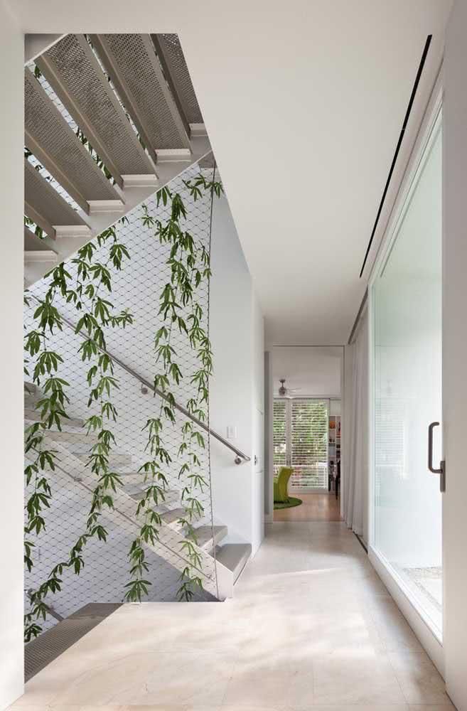 Jardim vertical artificial pequeno e simples, marcando o contorno da escada
