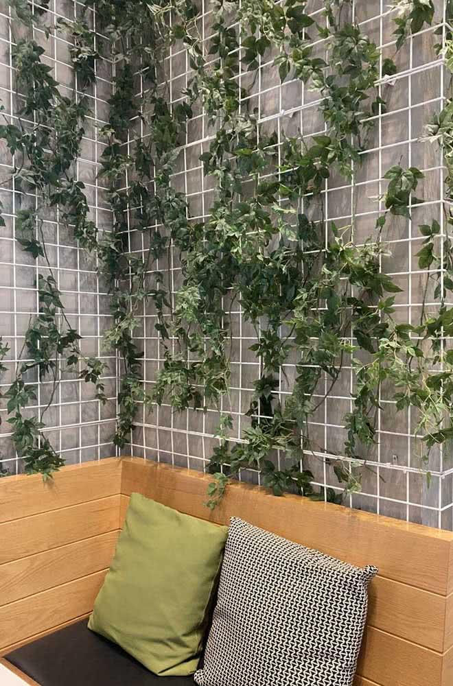 Jardim vertical artificial interno montado com treliça e heras