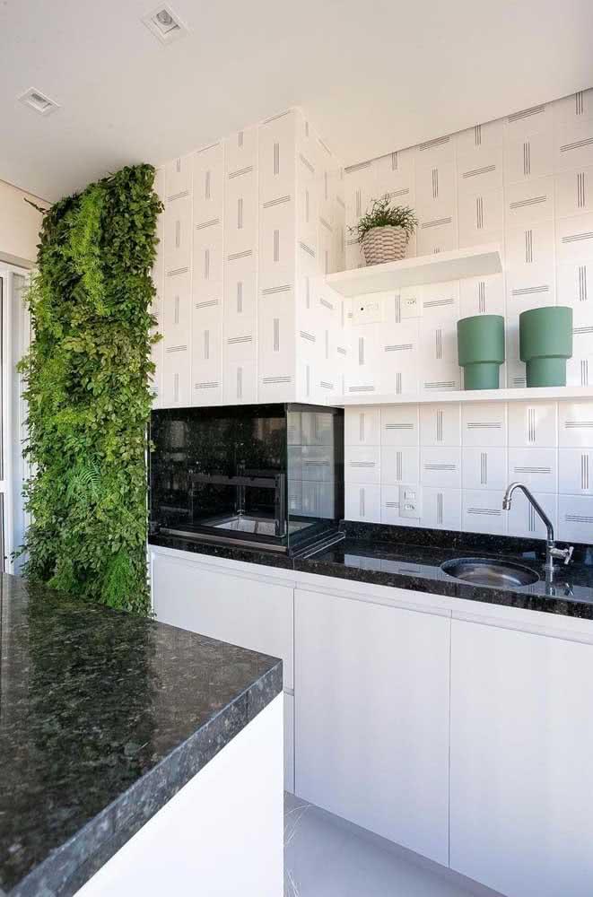 A cozinha também tem espaço para o jardim vertical artificial interno