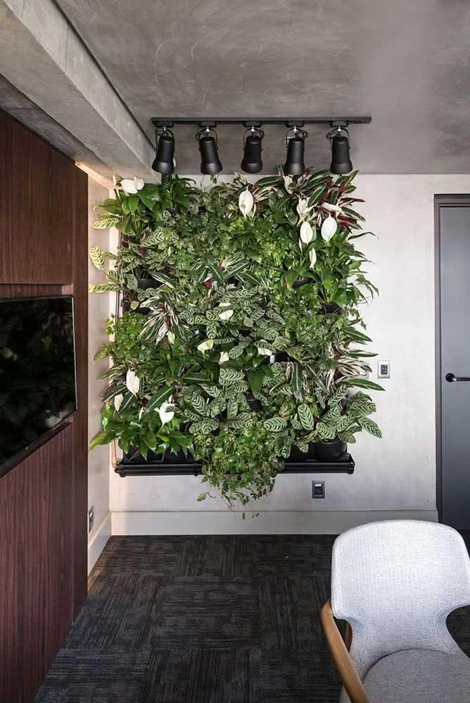 Jardim vertical artificial com flores de lírio e folhagens variadas