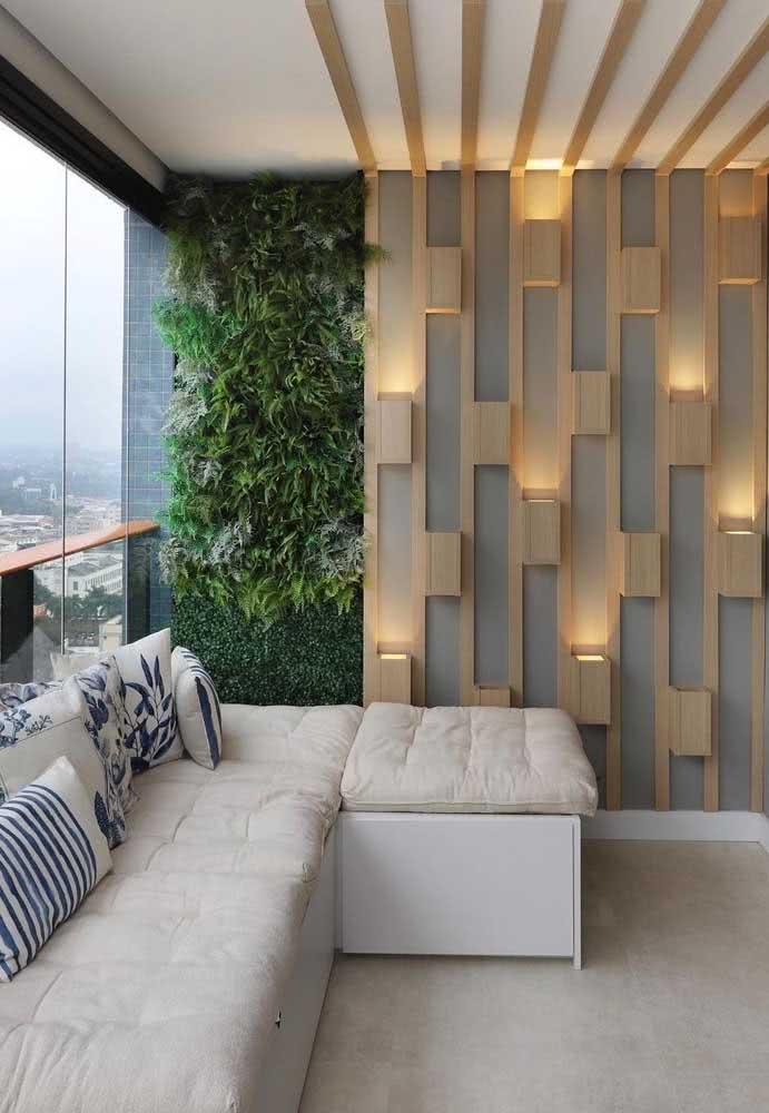 Jardim vertical artificial trazendo plantas para dentro do apartamento