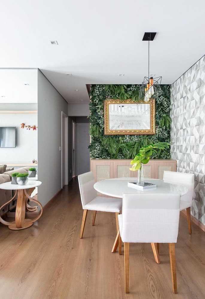 Jardim vertical artificial com espelho. Perfeito na sala de jantar