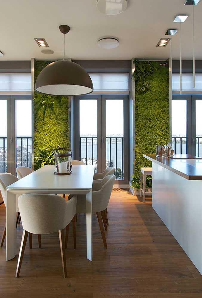Uma iluminação suave para valorizar ainda mais o jardim vertical artificial