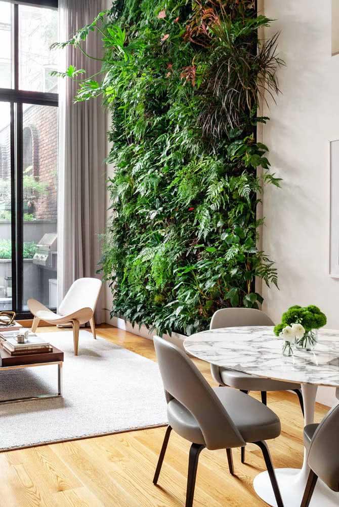 Facilidade de manutenção e um ambiente sempre verde: vantagens do jardim vertical artificial interno
