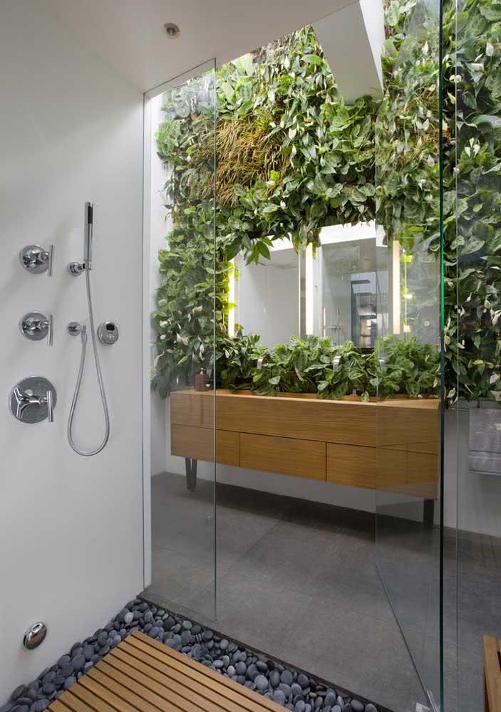 Jardim vertical artificial com espelho naquele banheiro dos sonhos