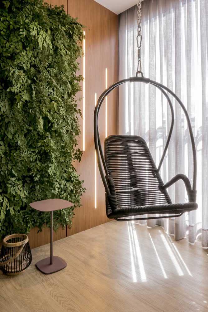 Um cantinho perfeito para relaxar ao lado do jardim vertical artificial interno