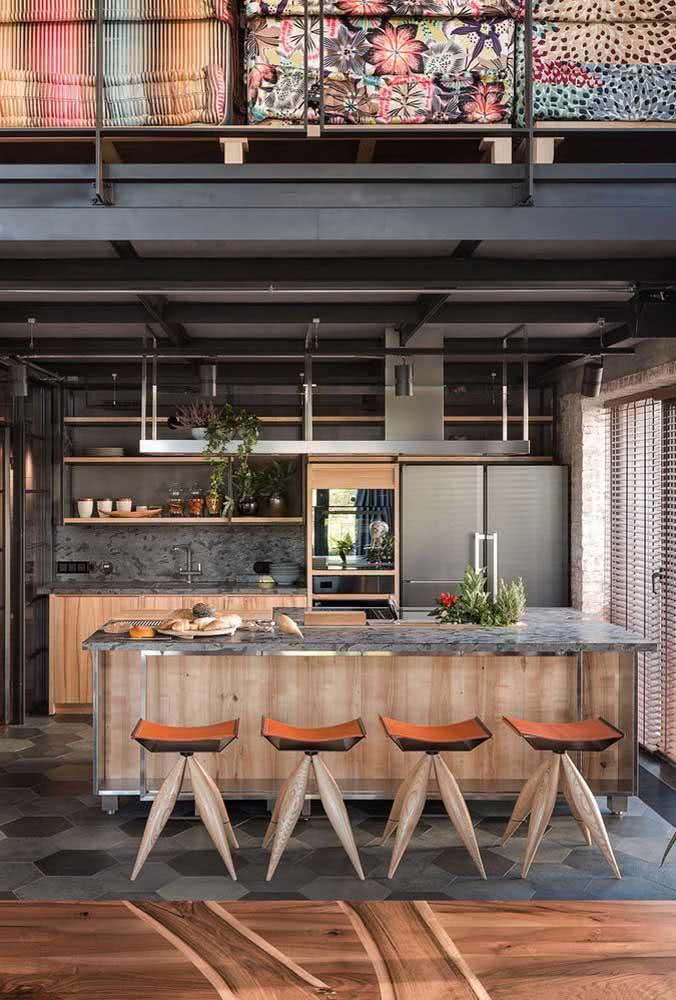 Cozinha de loft industrial com elementos modernos e rústicos