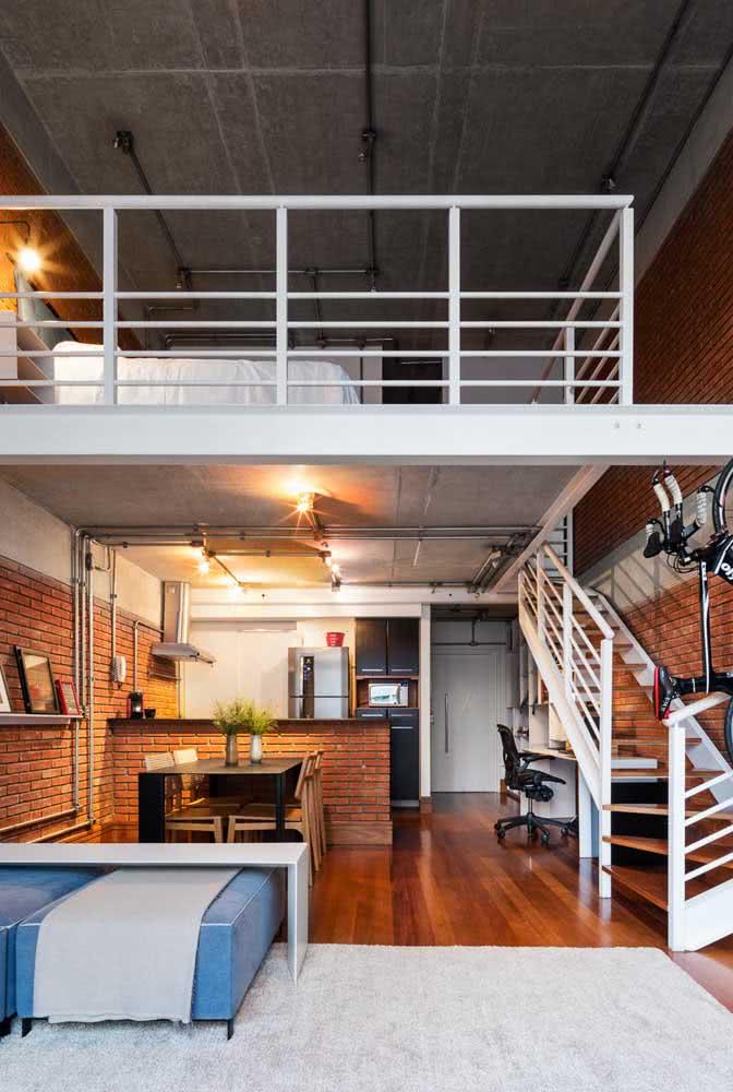 Loft industrial pequeno com piso de madeira e teto de cimento queimado