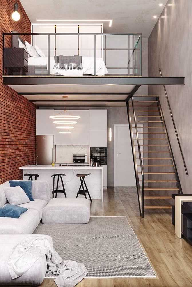 Loft industrial pequeno com mezanino: o quarto fica na parte de cima