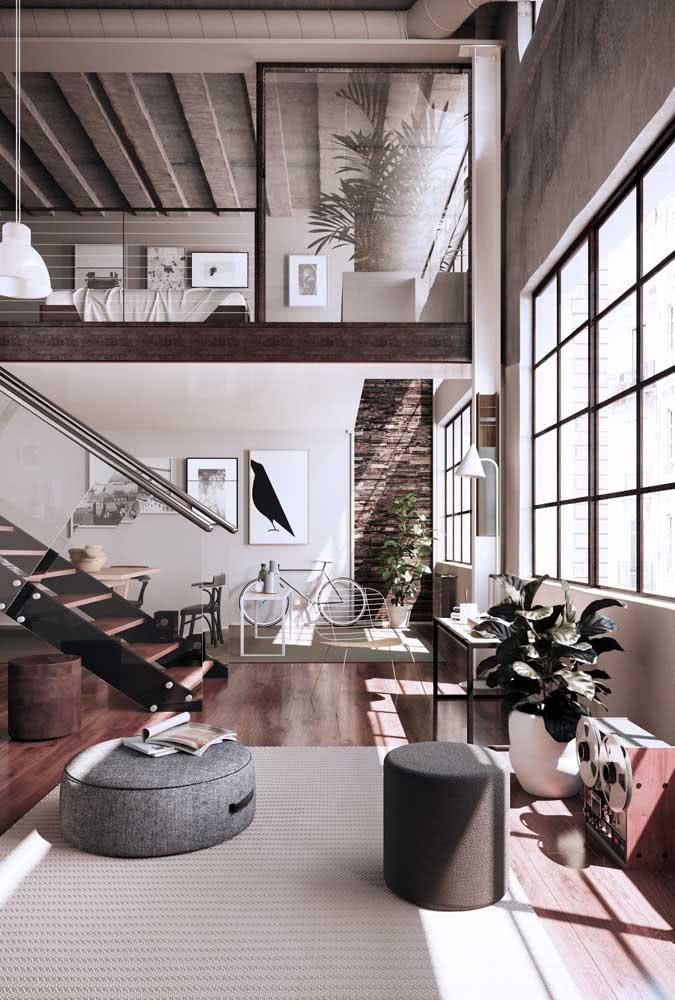 Loft industrial antigo com janelas amplas e pé direito alto