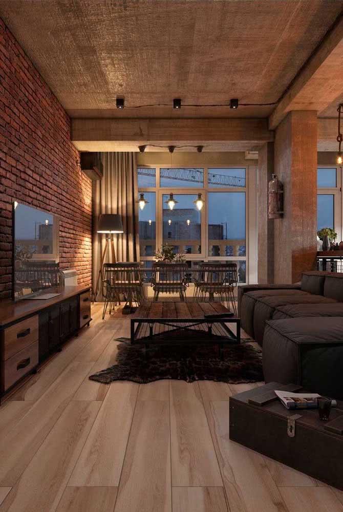 Uma iluminação aconchegante combinada aos elementos rústicos transformam o loft industrial em um ambiente super intimista