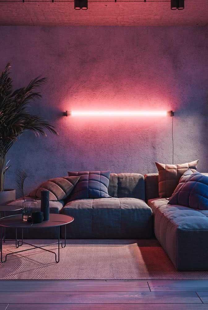 E o que acha de um neon cor de rosa sob a parede de cimento queimado do loft industrial?
