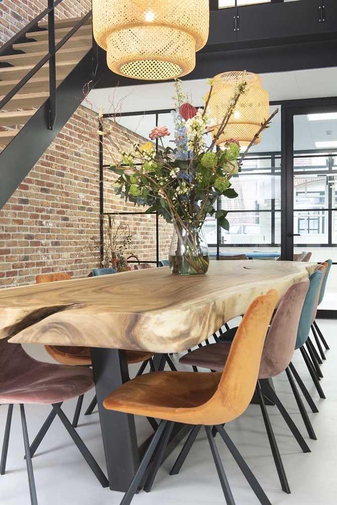 Mesa de madeira de demolição para compor a decoração do loft industrial