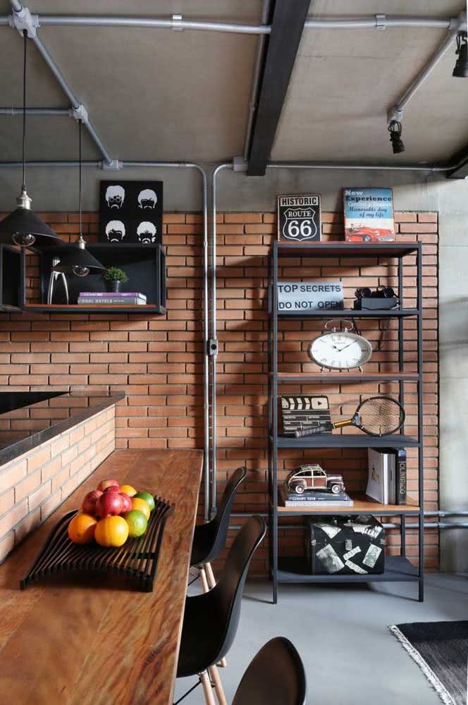 Tubulações aparentes sob a parede de tijolinhos: outra característica clássica do loft industrial