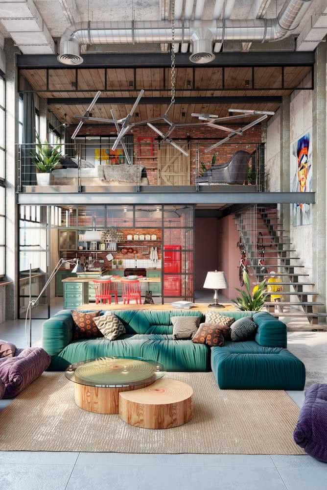 Aqui nesse loft, a decoração sai um pouco do padrão com o uso de cores vivas