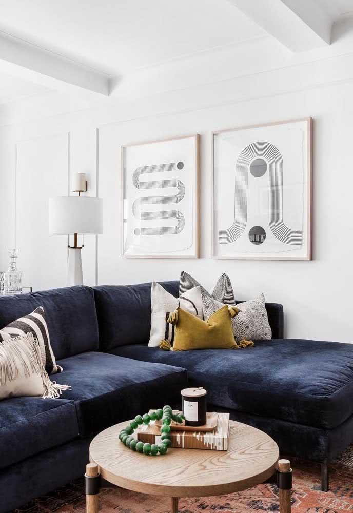 Sala com sofá em L azul.