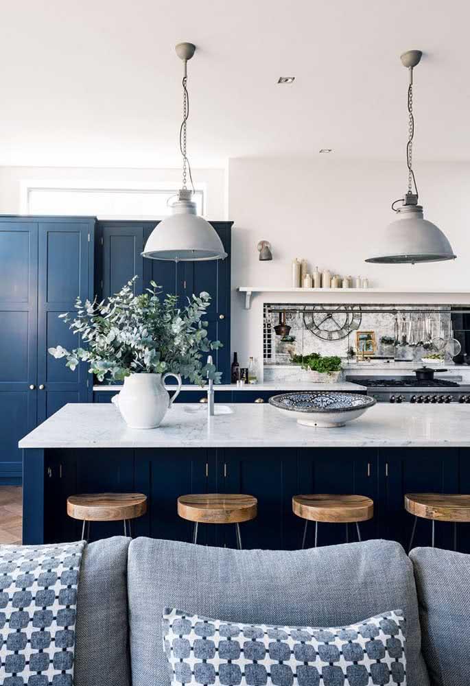 Cozinha americana com azul marinho: a cor é aplicada tanto no armário.