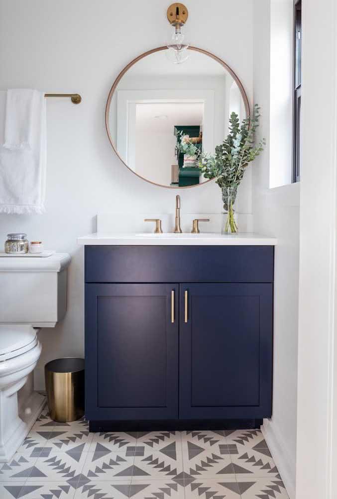 Combinação que dá super certo: azul marinho e metais dourados como neste banheiro de exemplo.