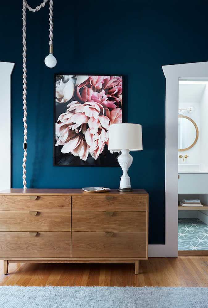 Hall com parede azul marinho: há diferentes tonalidades da cor e você pode encontrar aquela que mais lhe agrade e que mais combine com o seu ambiente.