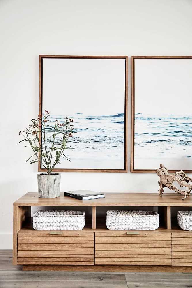 Duo de quadros com imagens do oceano: continuidade na sala de estar.
