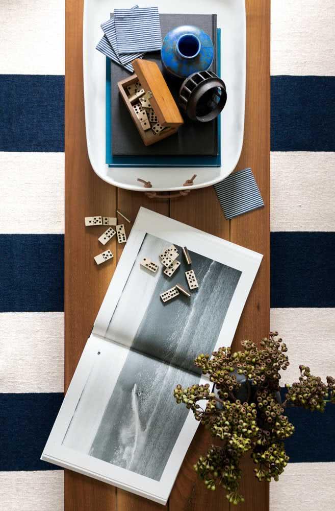 Outra opção é optar por um tapete listrado branco e azul marinho.
