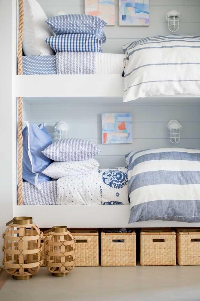 Beliche infantil com o tema decoração Navy. A roupa de cama carrega toda a identidade do estilo.