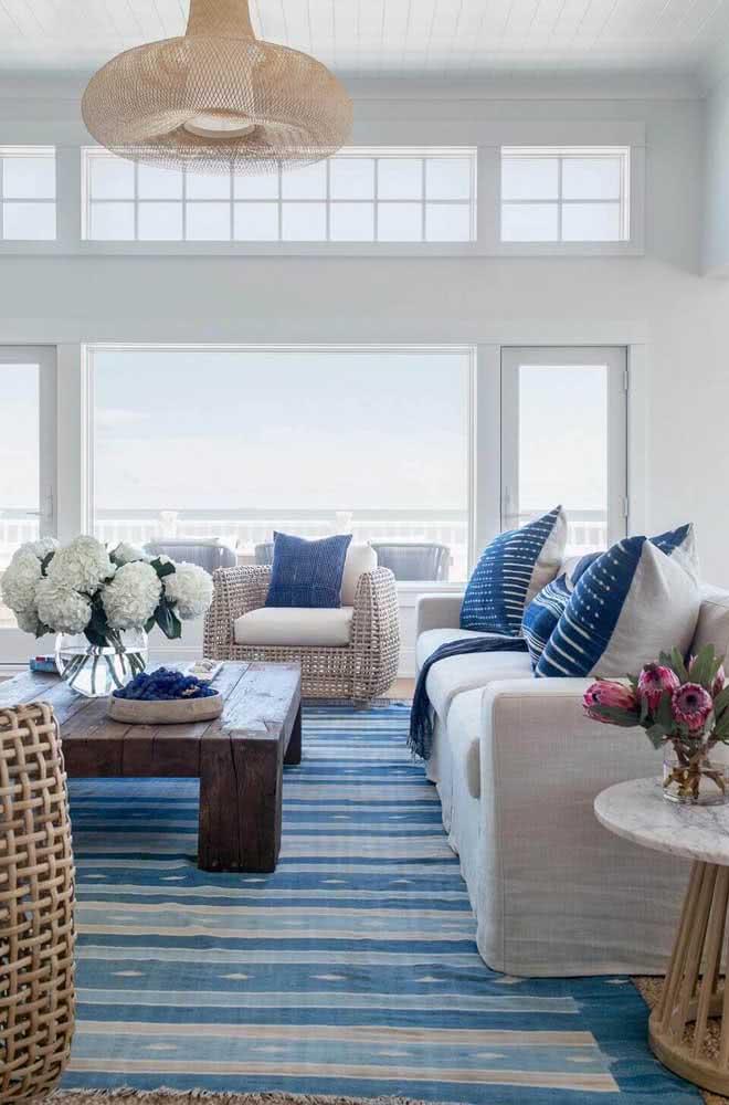 Além do azul e branco: a cor palha, o cinza e a madeira combinam muito bem com o estilo Navy.