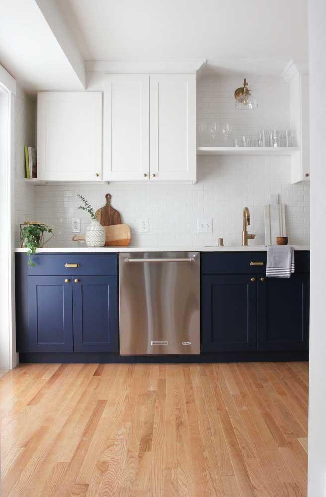 Cozinha moderna com azulejos subway tiles e gabinetes pintados com a cor azul marinho.